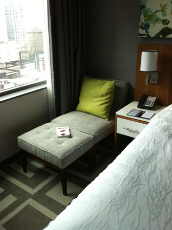 Hilton Garden Inn New York/Central Park South-Midtown West: the wonderful litle sofa where you can read and rest