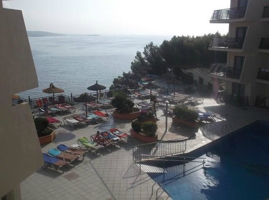 Intertur Palmanova Bay: No reserving sunbeds!!!