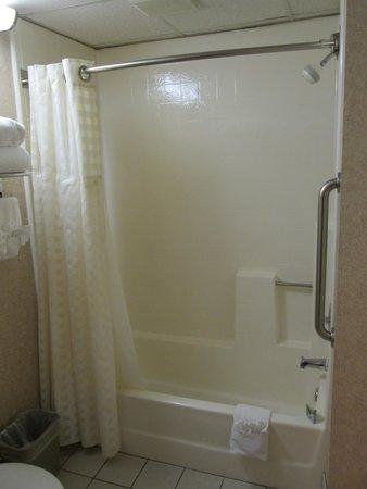 Quality Suites San Luis Obispo: Shower/tub