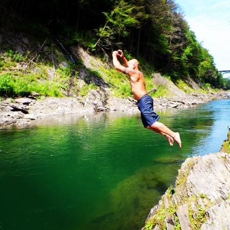 Quechee Gorge: bottom of the gorge rock jumping