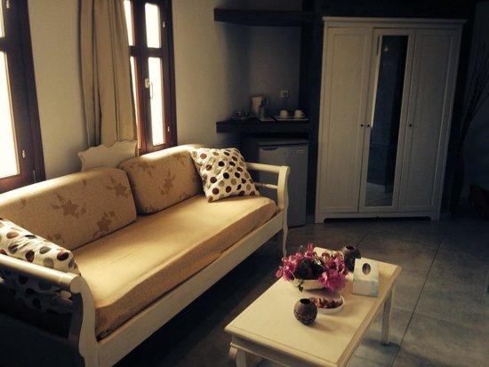 Smaragdi Hotel : Living space in honeymoon suite
