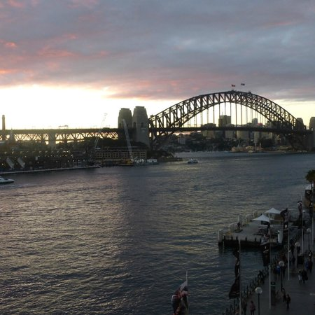 Pullman Quay Grand Sydney Harbour: sunset over the harbor
