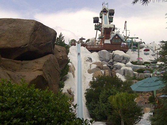Disney's Blizzard Beach Water Park: Principales atracciones: Slush gusher (izquierda) y Summit Plummet
