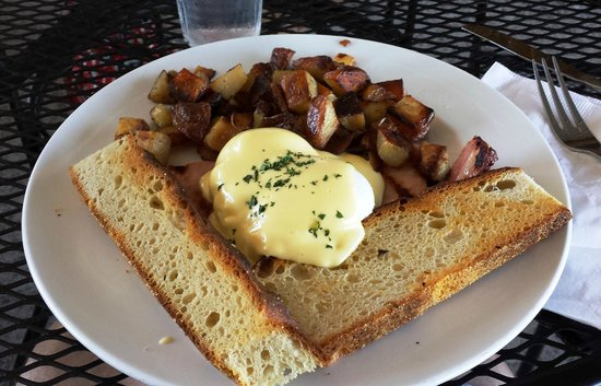Crystal Lake Cafe at Americana: Eggs Benedict with home fries