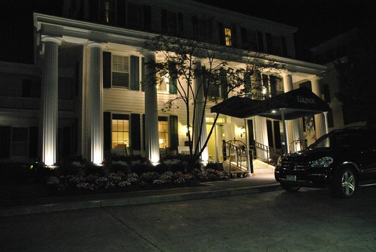 The Equinox Golf Resort & Spa : façade de nuit