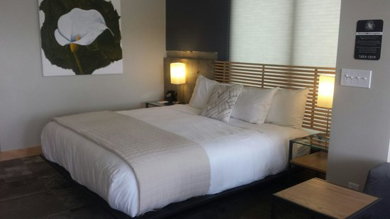 The Island Inn at 123 West : Beautiful bed and so comfy