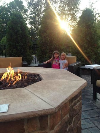 Courtyard Pittsburgh North/Cranberry Woods: Ray turned the fire pit on early for us!