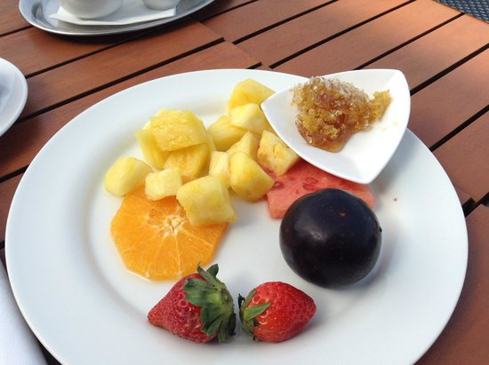 A-ROSA Resort Kitzbühel: Ананасы и мёд в сотах на завтраке с шампанским