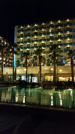 Qawra Palace Hotel: The view from the pool at night