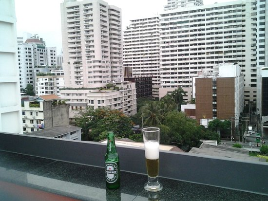 Hotel Solo Sukhumvit 2 : View from the Roof top pool area