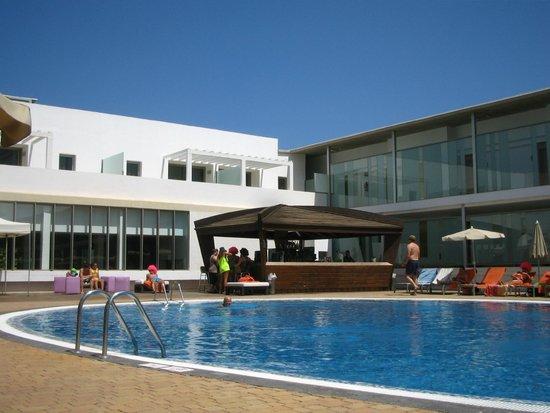 R2 Bahia Playa: Le bar et la piscine animée