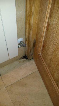 Carlos V Hotel: Moho detrás de la puerta