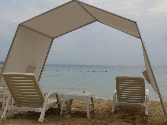 Decameron Barú: Carpas y sillas en la playa