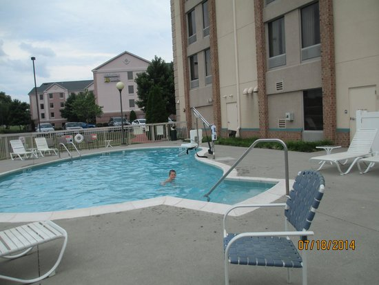 Comfort Inn Roanoke Airport: Outdoor pool area