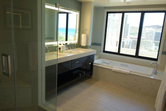Moana Surfrider, A Westin Resort & Spa: 広々してるバスルーム