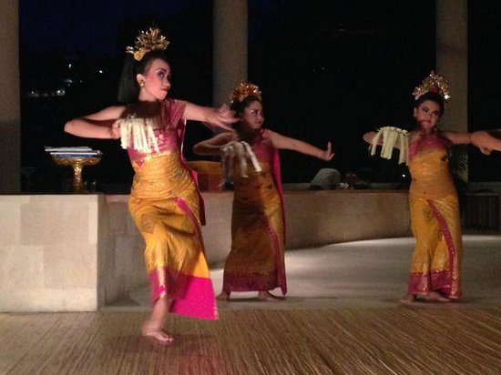 Four Seasons Resort Bali at Sayan : Great complimentary dance show in bar many evenings a week