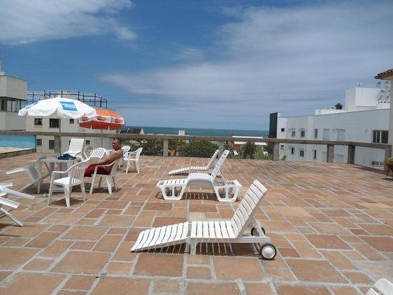 Farol Hotel: Àrea da piscina com vista pro mar