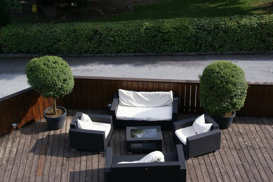 Boutique Hotel Steinerwirt 1493: The front terrace lounge.