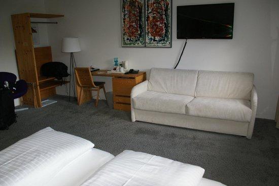 Boutique Hotel Steinerwirt 1493: Room interior, desk, sofa and TV.