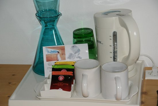 Boutique Hotel Steinerwirt 1493: Kettle and so you can make your own tea.