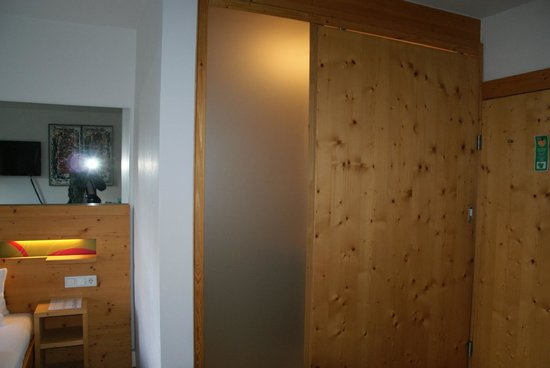 Boutique Hotel Steinerwirt 1493: The bathroom didnt have a normal door.