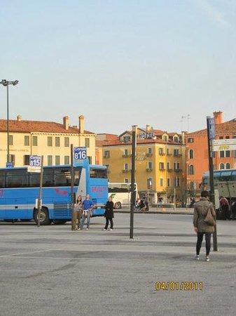 Arlecchino Hotel : Vista do Hotel ao fundo na Piazzale Roma