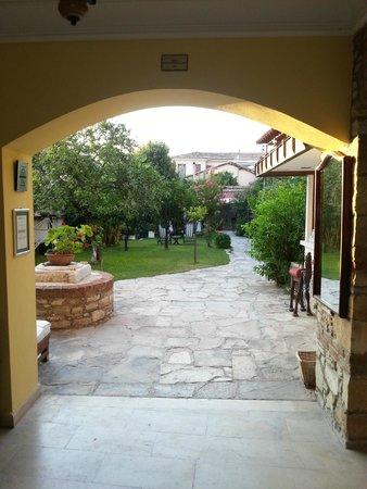 Villa Konak Hotel Kusadasi: Entrada com vista para o pomar