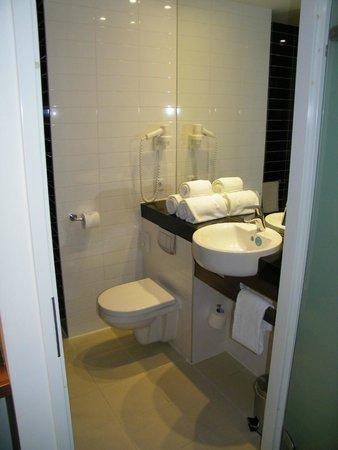 Holiday Inn Express Amsterdam-Sloterdijk Station: badkamer