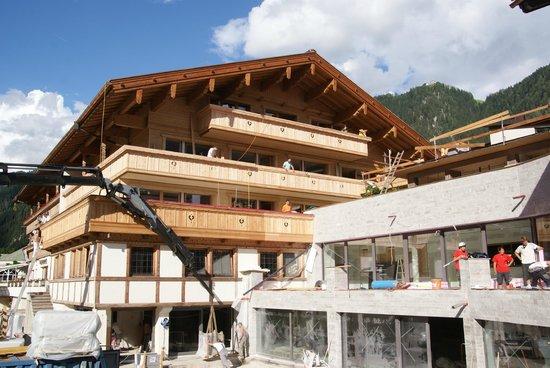Hotel Garni Glockenstuhl: Construction work at neighbouring hotel.