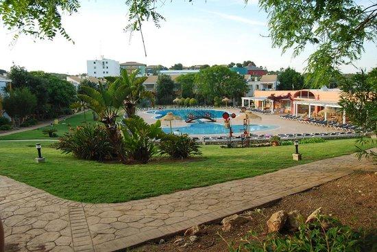 Isla Del Aire Apartments: Piscina y jardín