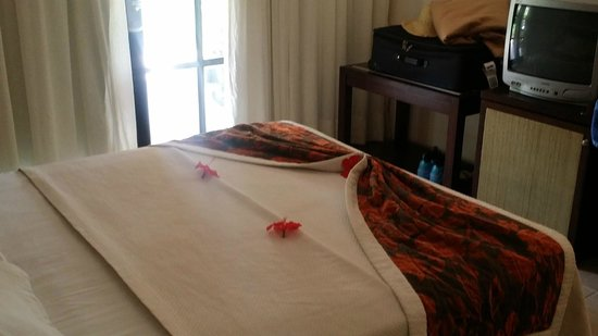 Caribe Club Princess Beach Resort & Spa : Bed after leaving a tip, they add real flowers....