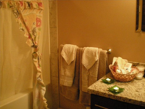 Davis Brook Retreat : Ensuite Bath and Toilet