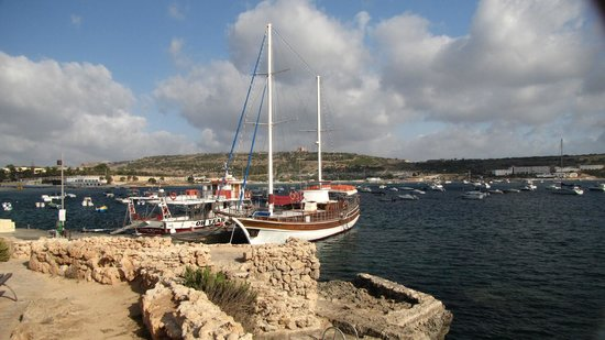 Mellieha Beach : La barca che effettua le gite dalle 11:00 alle 17:30 intorno a Comino ..18 euro adulti