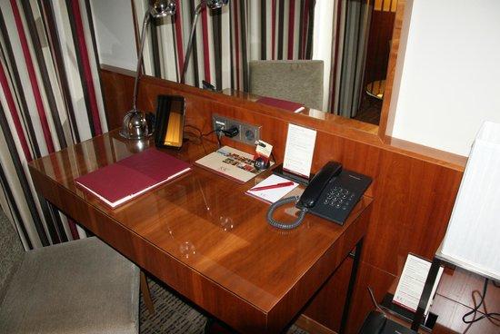 K+K Hotel Maria Theresia: Desk in room.