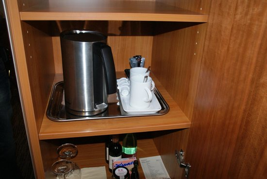 K+K Hotel Maria Theresia: Kettle and complimentary coffe and tea in room.