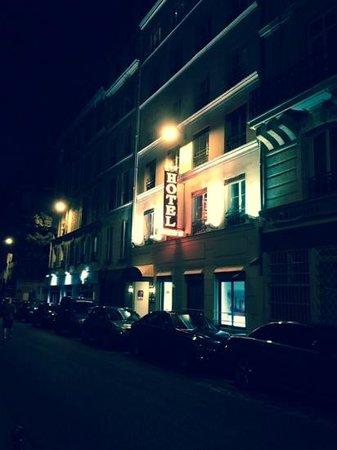Austin's Arts et Metiers Hotel: Frontansicht bei Nacht