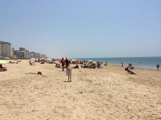 Playa Victoria: Пляж Виктория недалеко от спортивных площадок