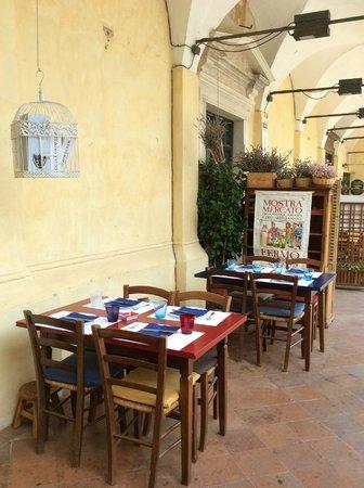 L'enoteca bar a vino: Tavoli al aperto