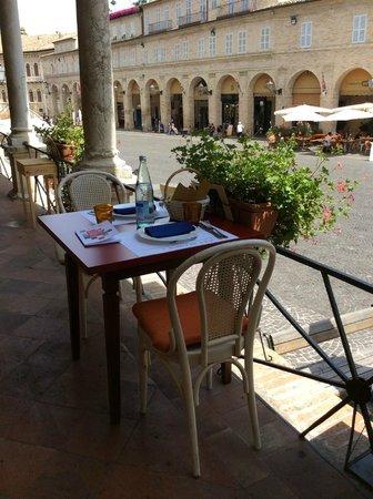 L'enoteca bar a vino: Tavolino delizioso...