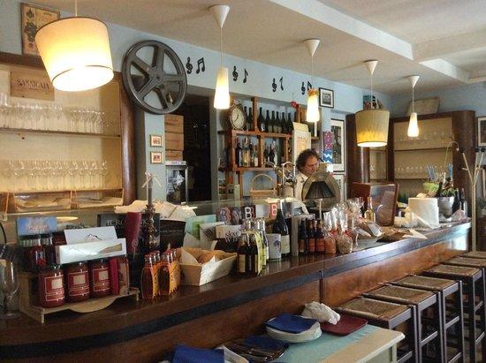 L'enoteca bar a vino: Il bar....molto accogliente...