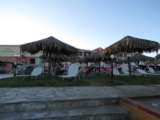 Anastasia Beach Hotel: лужайка перед отелем
