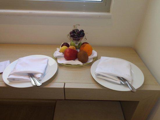 Kriti Beach Hotel: фрукты в номере