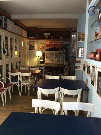L'enoteca bar a vino: tavolini al interno del locale...