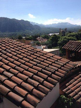Posada Del Tepozteco: Vista desde el jardín frontal