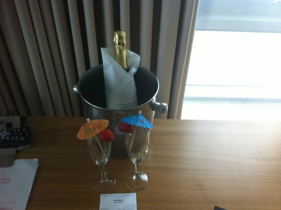 Louis Fitzgerald Hotel: Champagne Surprise