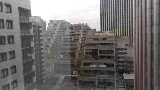"""Ibis Paris La Defense Centre: Vista dalla mia camera al 12 esimo piano su """"le vele"""" di Parigi (fotocopia di quelle di Napoli)"""