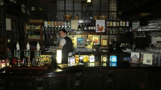Ye Olde Cheshire Cheese: Emma at the bar