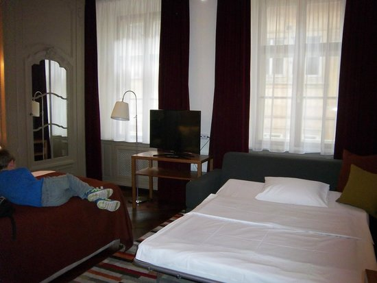 Iron Gate Hotel & Suites : Double bed with sofa bed in Jr. Suite