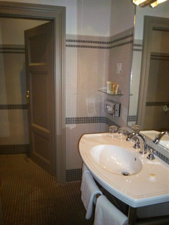 Iron Gate Hotel & Suites : Toiletries: shampoo, conditioner, shower gel, and lotion