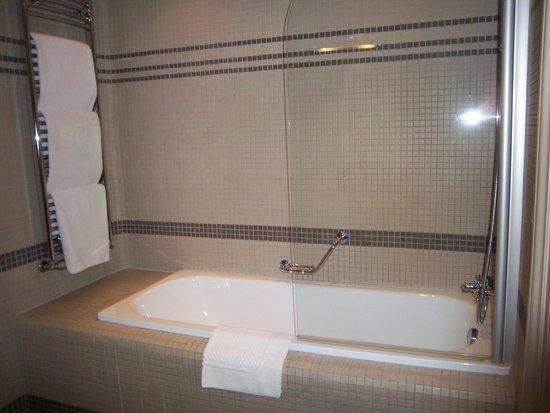 Iron Gate Hotel & Suites : tub